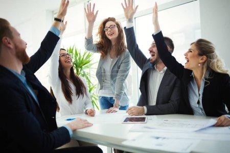 Photo pour Collègues de travail heureux célèbre entreprise prospère année - image libre de droit