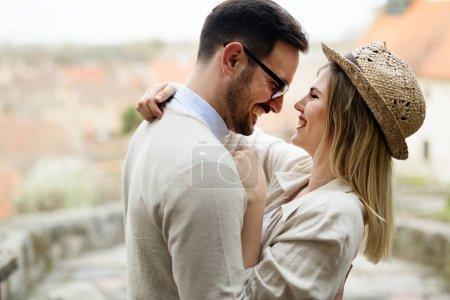 Photo pour Couple heureux en amour étreindre et le sourire en plein air - image libre de droit