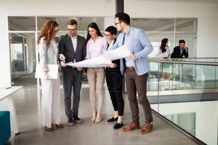 Photo pour Équipe d'entreprise et responsable dans une salle de réunion moderne - image libre de droit