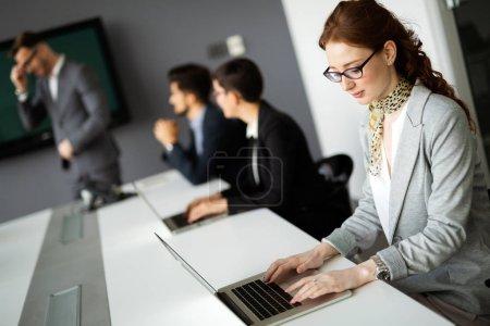 Photo pour Entrepreneurs et entreprises Conférence de personnes dans la salle de réunion moderne - image libre de droit