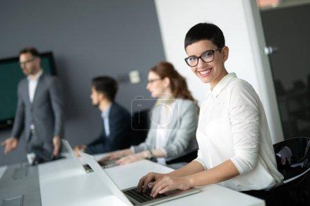 Photo pour Des gens d'affaires professionnels créatifs travaillant sur un projet d'entreprise au bureau - image libre de droit