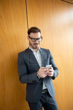 Foto de Retrato de joven guapo empresario, empresario exitoso día de trabajo en oficina - Imagen libre de derechos
