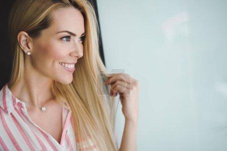 Foto de Hermosa mujer con pelo rubio largo recto - Imagen libre de derechos