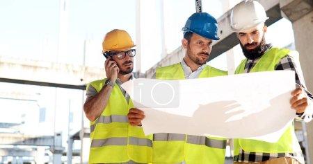 Photo pour Portrait d'ingénieurs en construction travaillant sur le site: bâtir ensemble - image libre de droit