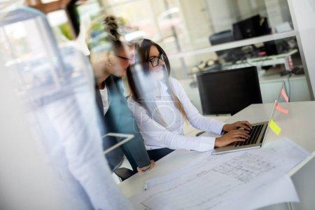 Foto de Gente de negocios que trabaja en la computadora portátil en la oficina moderna - Imagen libre de derechos