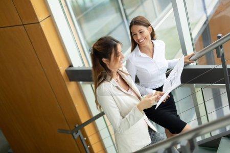 Photo pour Groupe de gens d'affaires. Les gens d'affaires partageant leurs idées. - image libre de droit