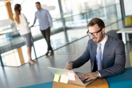 Photo pour La direction d'un homme d'affaires d'une grande entreprise prospère vérifie le statut du compte bancaire - image libre de droit