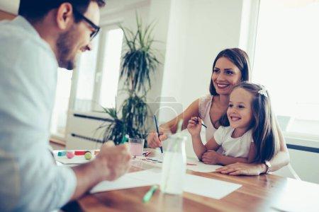 Photo pour Bonne famille passer du bon temps ensemble à la maison - image libre de droit
