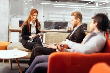Photo pour Les gens d'affaires conversent avec la technologie à portée de main. Échange de nouvelles idées et brainstorming entre collègues - image libre de droit