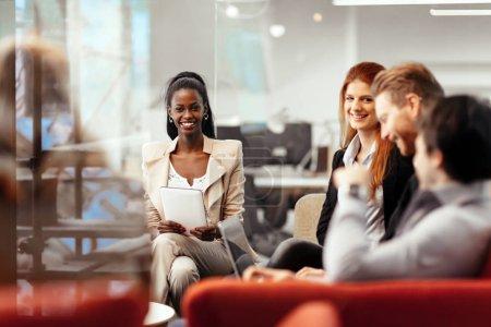 Geschäftsleute unterhalten sich mit der verfügbaren Technologie. Austausch neuer Ideen und Brainstorming zwischen Kollegen