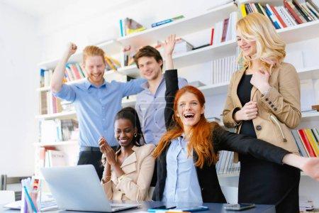Foto de Compañeros de negocios felices felices por el éxito de la compañía y los logros recientes - Imagen libre de derechos