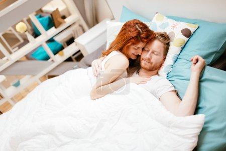 Photo pour Beau couple être romantique et passionnée au lit - image libre de droit