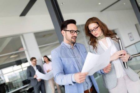 Photo pour Gens d'affaires professionnels créatifs travaillant sur le projet d'entreprise au bureau - image libre de droit