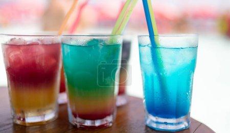 Photo pour Boissons d'été exotiques servies au bar. Flou plage comme fond - image libre de droit