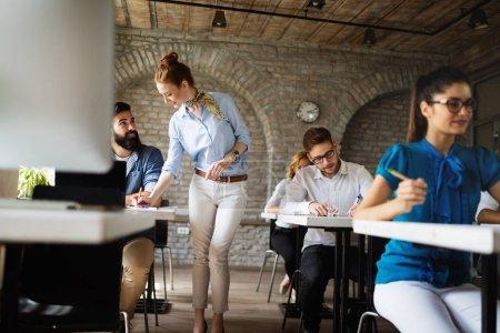 Photo pour Groupe heureux réussi d'étudiants apprenant le génie logiciel et les affaires pendant la présentation - image libre de droit