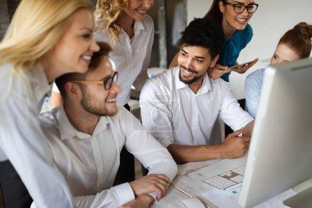 Photo pour Groupe de jeunes entrepreneurs et designers qui travaillent sur un nouveau projet.Concept de start-up. - image libre de droit