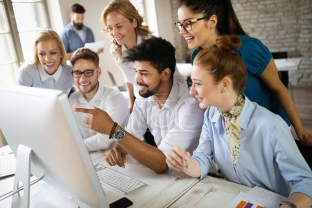 Photo pour Groupe de jeunes professionnels des affaires en réunion. Groupe diversifié de jeunes designers souriant lors d'une réunion au bureau. - image libre de droit