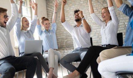 Photo pour Entreprise, start-up, geste, personnes et concept de travail d'équipe - équipe créative heureuse dans un bureau moderne - image libre de droit