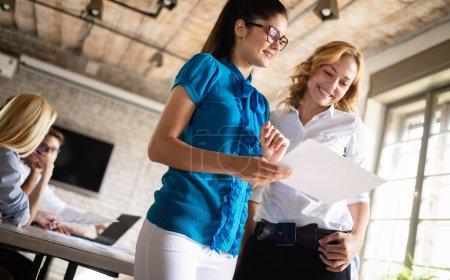Photo pour Démarrage Diversité Travail d'équipe Brainstorming Business Meeting Concept - image libre de droit