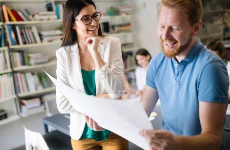 Photo pour Les gens d'affaires rencontrent un bon travail d'équipe au bureau. Travail d'équipe succès réunion concept de stratégie en milieu de travail. - image libre de droit