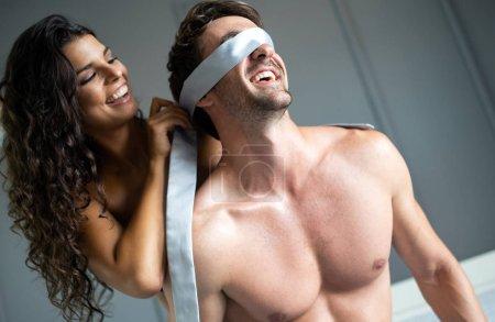 Photo pour Jeune couple érotique être intime dans la chambre. Amoureux sensuel faisant l'amour - image libre de droit