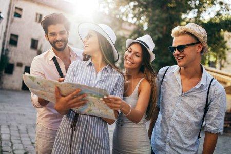 Photo pour Heureux groupe de touristes voyageant et visitant ensemble - image libre de droit