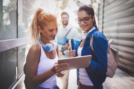 Photo pour Heureux jeunes étudiants universitaires qui étudient avec des livres à l'université. Groupe de personnes au collège - image libre de droit