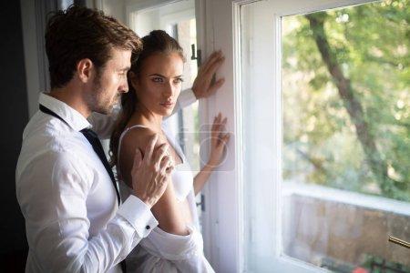 Photo pour Portrait de couple sensuel en amour embrassant dans la chambre - image libre de droit
