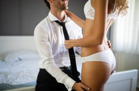 Photo pour Beau couple passionné est avoir des relations sexuelles dans une chambre à coucher. Portrait de la passion, plaisir, sexe, relation. - image libre de droit