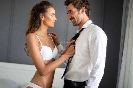 Photo pour Jeunes sexy hot couple amoureux étreintes et les baisers. Belle femme et bel homme musclé rapprochées dans pose érotique. - image libre de droit