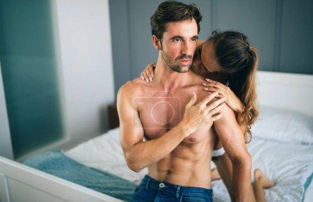 Photo pour Sensuels préliminaires par sexy jeune couple dans la chambre - image libre de droit