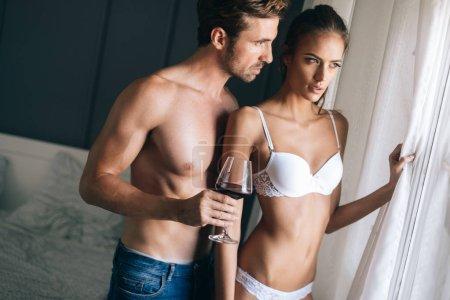 Photo pour Couple sensuel attrayant, partage des moments intimes dans la chambre - image libre de droit