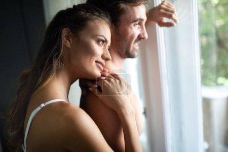Photo pour Sensual couple intime étreinte mutuellement. Femme au visage glamour. - image libre de droit