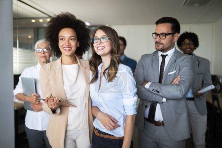 Photo pour Entreprise prospère avec joyeux travailleurs de bureau moderne - image libre de droit