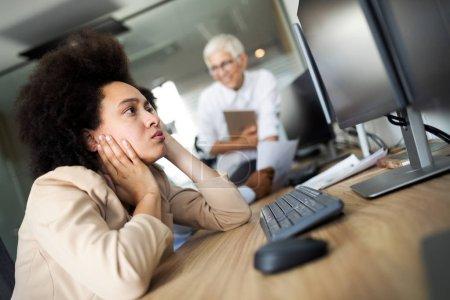Photo pour Jeune femme d'affaires noire ayant le stress et la douleur dans le bureau - image libre de droit