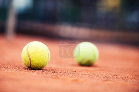 Photo pour Fermez-vous vers le haut des billes de tennis sur le court de tennis - image libre de droit
