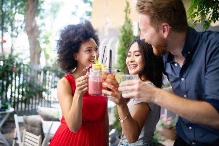 Photo pour Jeunes amis heureux passer un bon moment ensemble. Groupe de personnes parlant et souriant. - image libre de droit