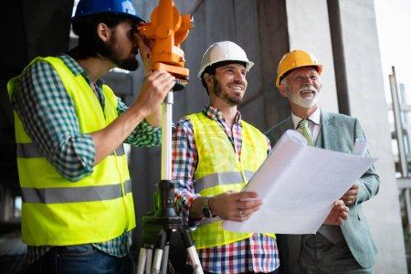 Foto de Ingeniero y gerente de obra trabajando con planos y planos - Imagen libre de derechos