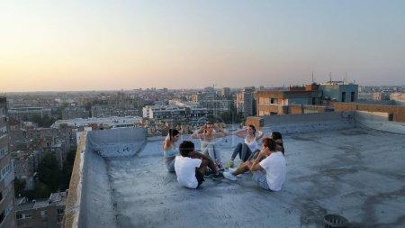 Foto de Grupo de personas felices en forma entrenando al aire libre en el techo - Imagen libre de derechos