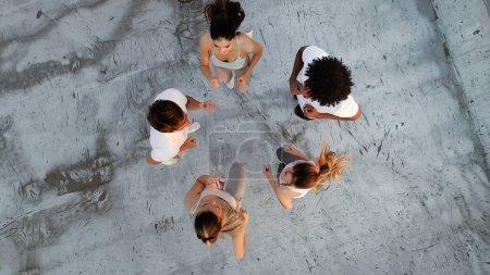 Photo pour Groupe de personnes en forme heureux de formation en plein air sur le toit - image libre de droit