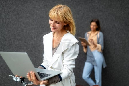 Photo pour Groupe de jeunes tenant différents appareils numériques en plein air. Concept technologique. - image libre de droit
