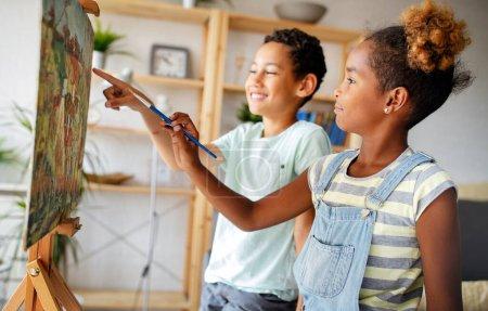 Photo pour Concept d'éducation de la petite enfance, peinture, talent, enfants heureux - image libre de droit