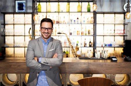 Photo pour Jeune propriétaire d'entreprise masculin debout dans son nouveau local. Startup, entrepreneur, concept d'entreprise. - image libre de droit