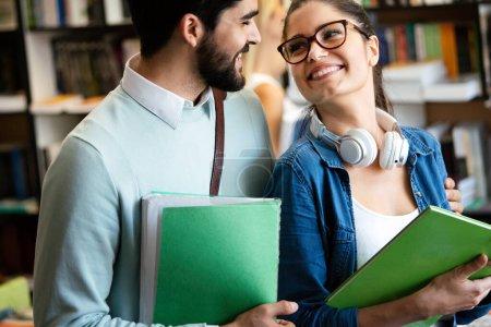 Photo pour Heureux étudiants universitaires amis étudiant avec des livres à l'université - image libre de droit