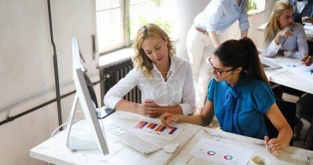 Photo pour Groupe heureux de personnes apprenant le génie logiciel et les affaires pendant la présentation - image libre de droit