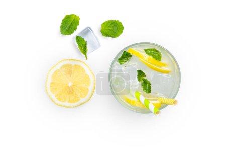Photo pour Mise en page créative - limonade fraîche et ingrédients isolés, top view - image libre de droit