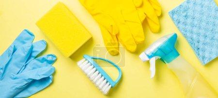 Photo pour Concept de nettoyage - fournitures de nettoyage bleues et jaunes, gants, bouteilles, espace de copie - image libre de droit