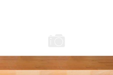 Foto de Alto vacío de mesa de madera sobre fondo blanco con espacio de copia - Imagen libre de derechos