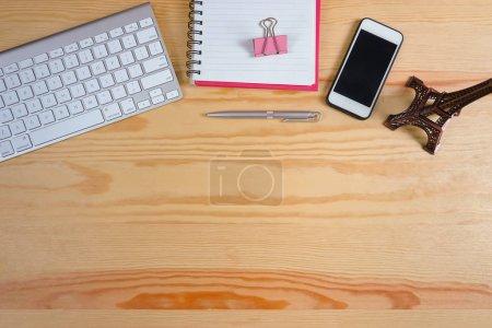 Foto de Vista superior en escritorio de oficina con equipos y suministros - Imagen libre de derechos