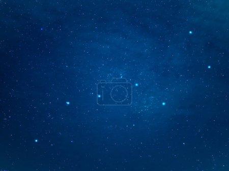 Foto de Realmente el cielo del norte con la constelación de la Osa. La Osa mayor o el gran oso en el cielo de la noche estrellada de invierno. - Imagen libre de derechos